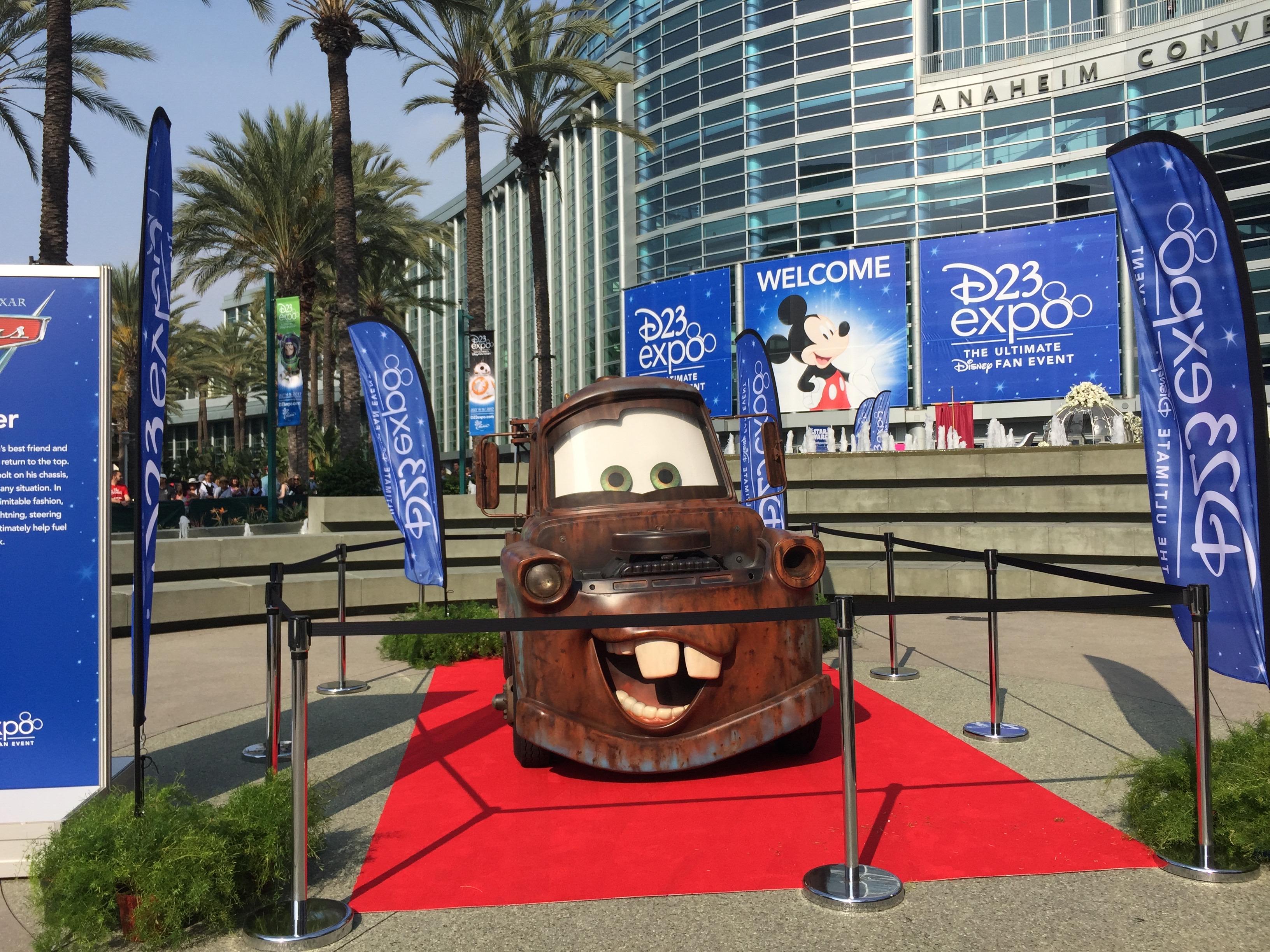 Martin la dépanneuse de Cars 3 devant l'entrée du Convention Center à Anaheim