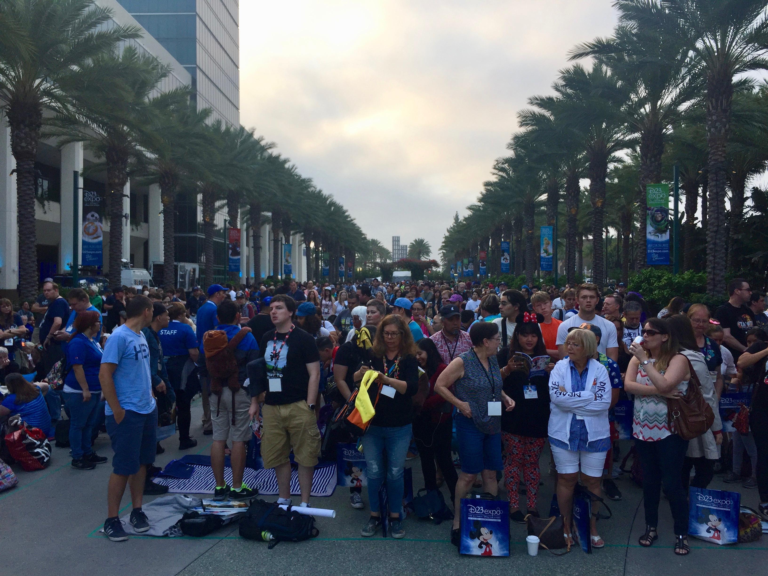 La file de fans Disney devant le Convention Center d'Anaheim pour le D23Expo