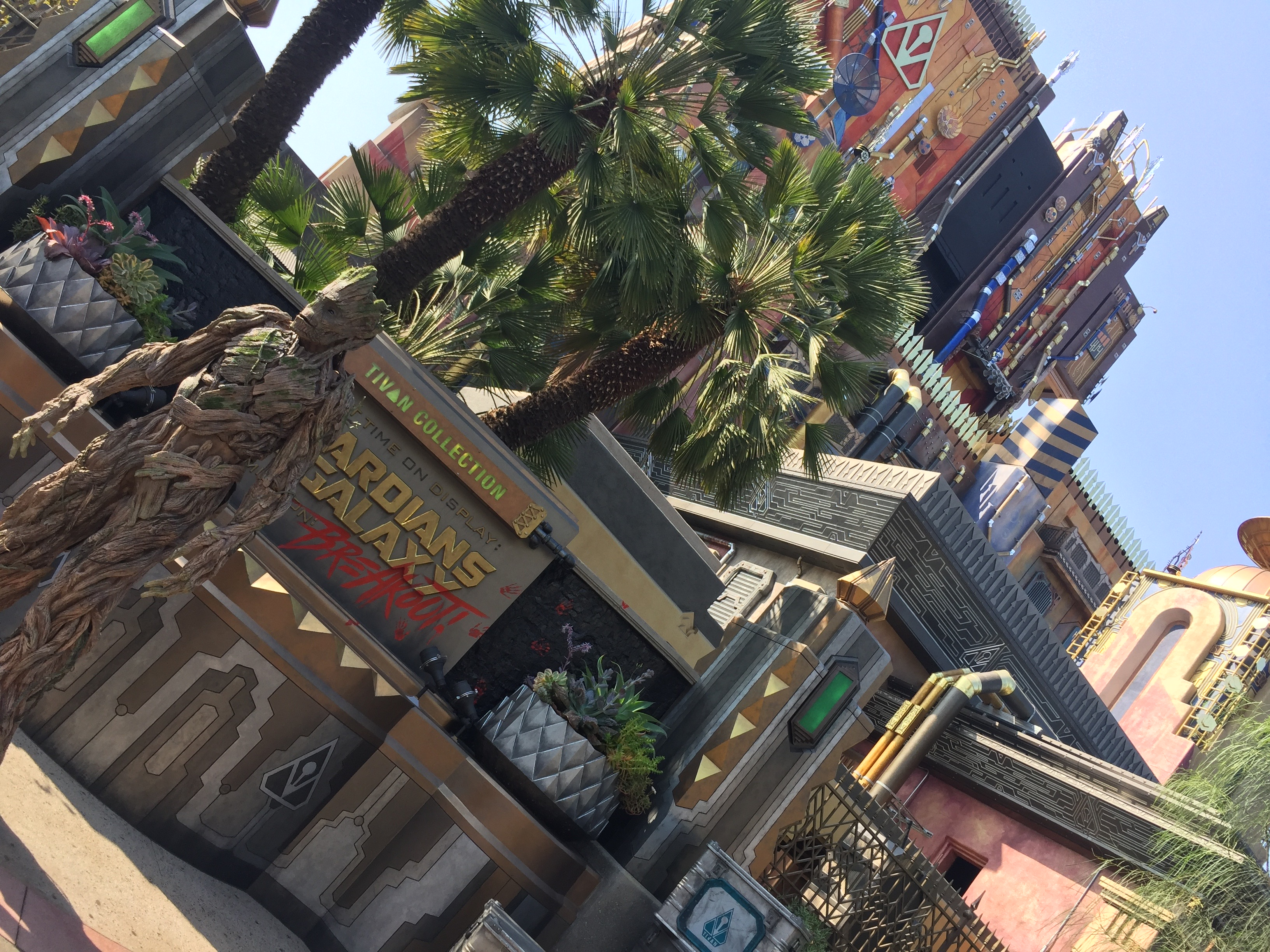 Groot devant Guardians of the Galaxy : Mission Breakout (