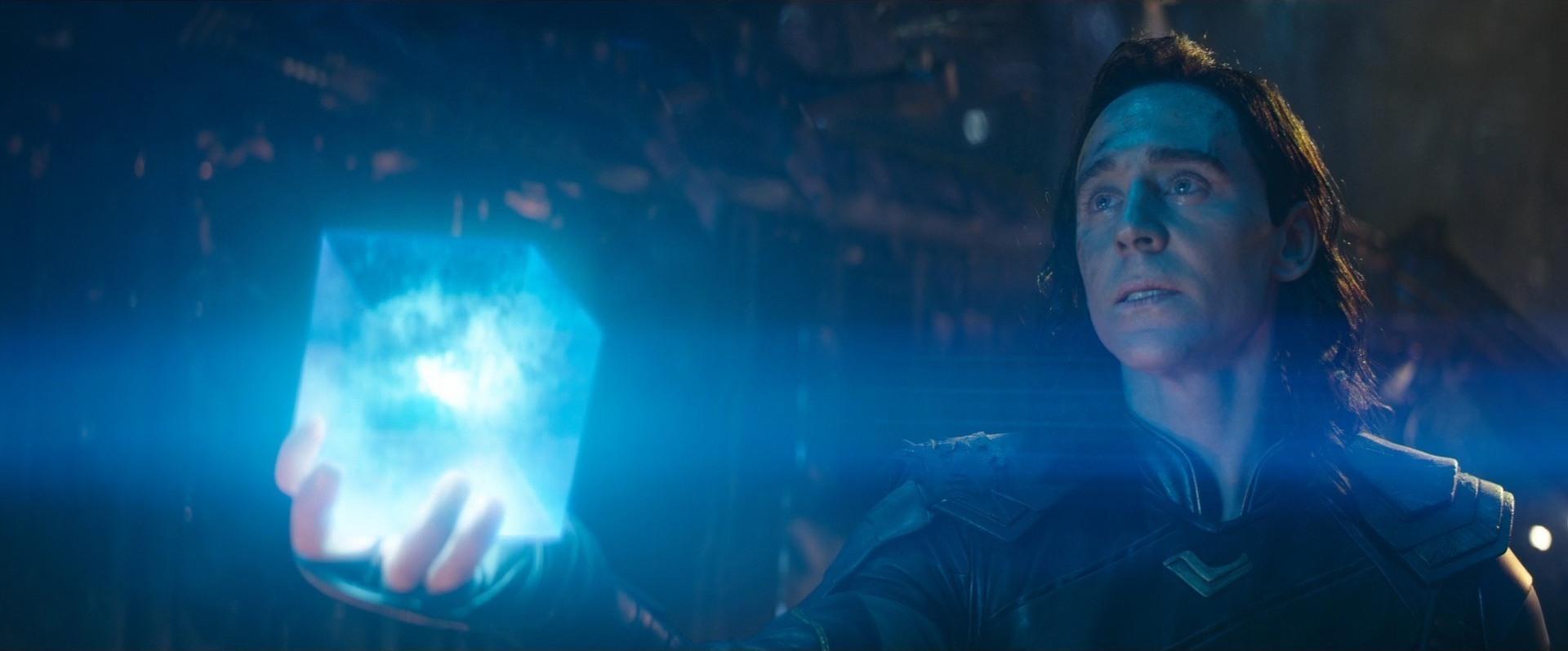 Loki (Tom Hiddleston) avec la Pierre de l'Espace dans le Tesseract, Avengers : Infinity War