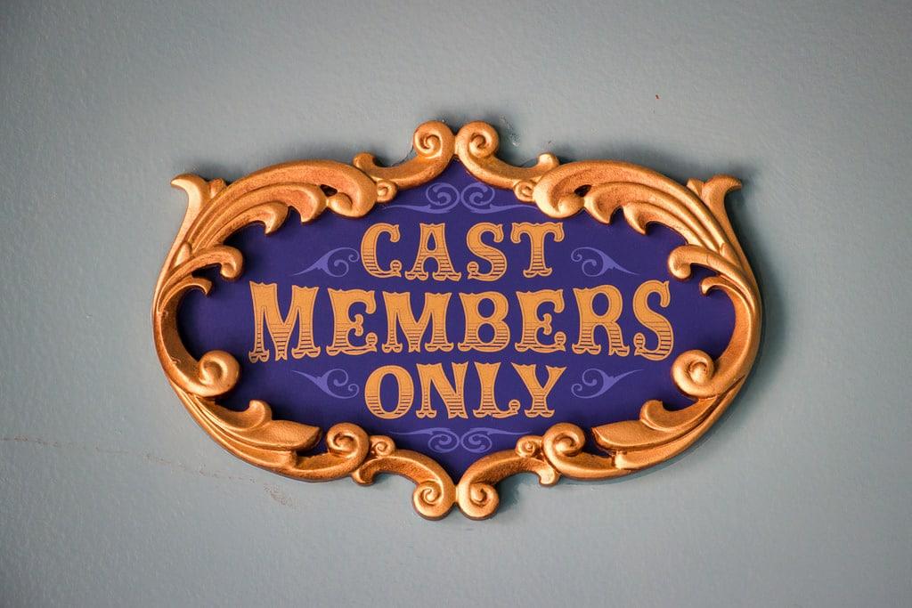 Panneau Cast Members only, réservé au personnel