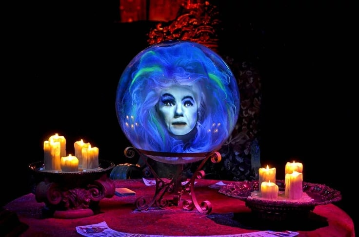 Madame Leota dans Haunted Mansion et Phantom Manor / Source : disneyparks.fandom.com